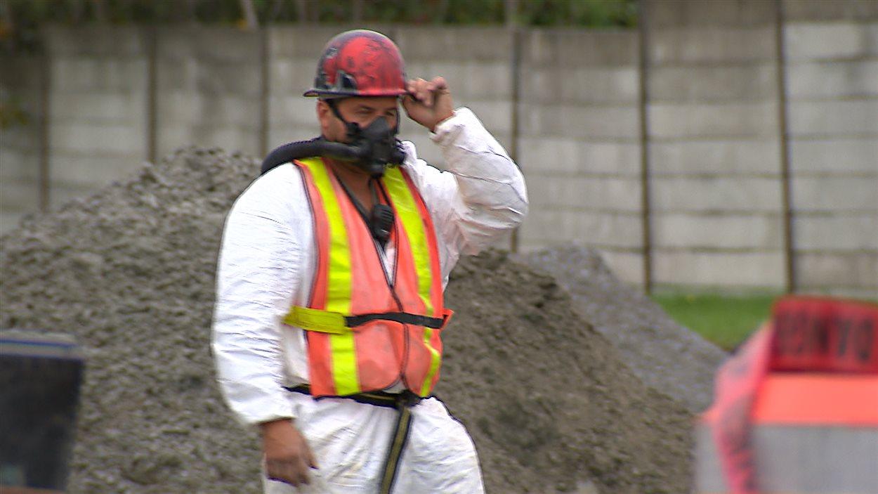 Dans la région de Thetford Mines, des voix s'élèvent pour qu'on assouplisse les règles de sécurité pour les travailleurs en contact avec des résidus d'amiante.