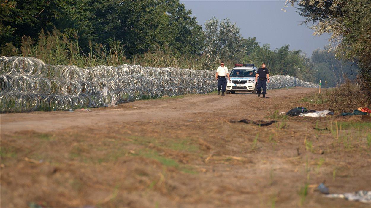 Pour endiguer l'afflux de migrants, la Hongrie a érigé une clôture de barbelés à sa frontière avec la Serbie.