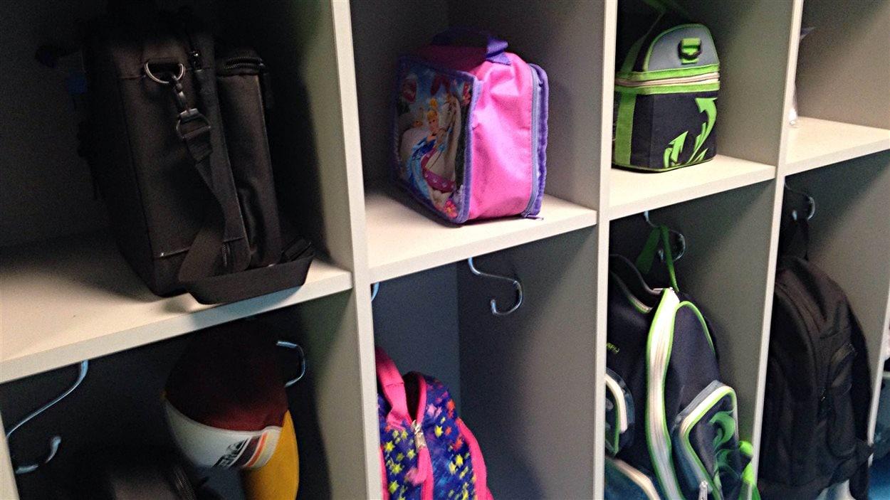 Des casiers d'élèves dans une école.
