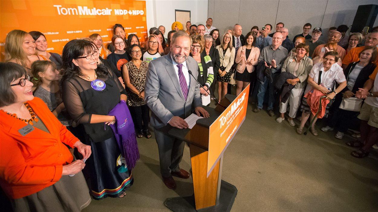Le chef néo-démocrate, Thomas Mulcair, en conférence de presse, lundi, à Saskatoon.