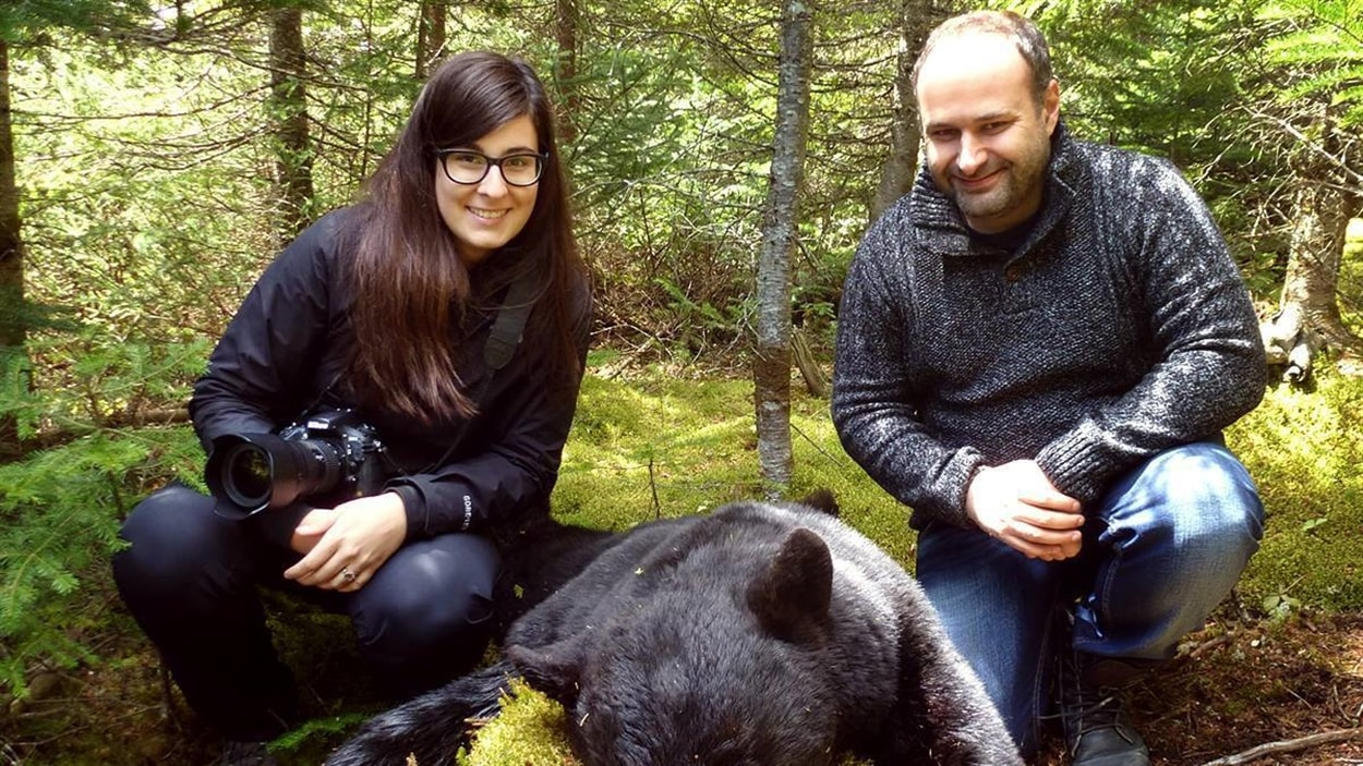 La photographe Daphné Caron et le journaliste Éric Samson avec le fruit de leur chasse