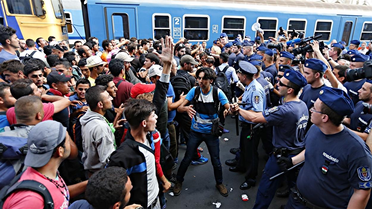 Des migrants confrontent les policiers hongrois à la gare de Budapest