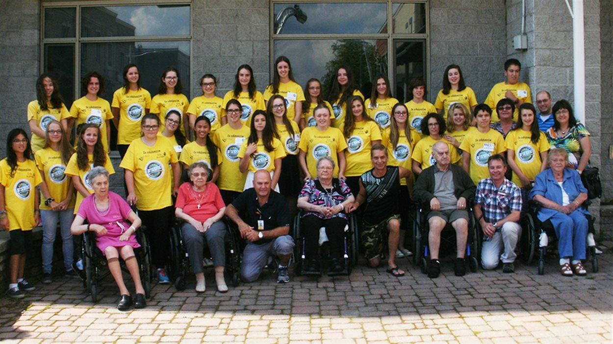 Des jeunes font du bénévolat auprès d'aînés par le biais du projet Sunny Action