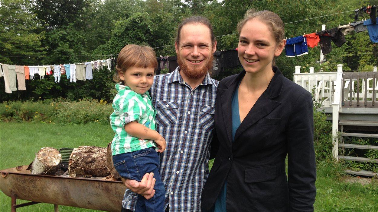 Myriam Beaulieu et son conjoint Mathieu, avec leur fils de 2 ans, Melchior, derrière leur maison à Melbourne