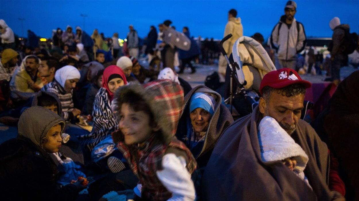 Des milliers de migrants, venant de Hongrie, ont afflué samedi au poste-frontière autoroutier de Nickelsdorf en Autriche, en attente de transport vers Vienne ou l'Allemagne.