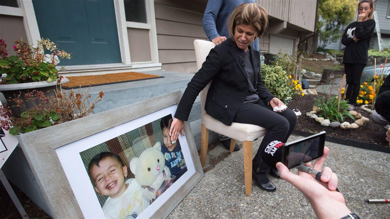 Fatima Kurdi devant une photo du petit Alan et de son frère Galib
