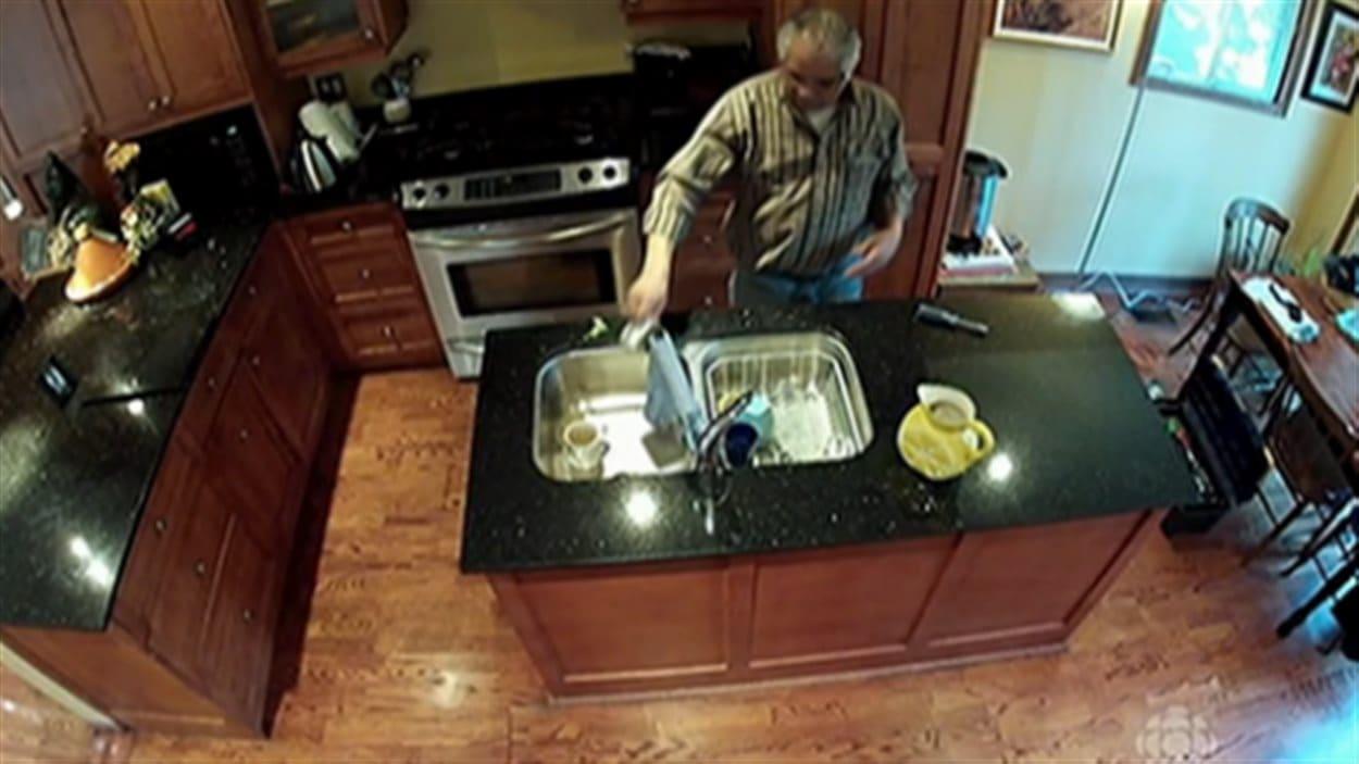 Le candidat Jerry Bance a uriné dans la tasse d'un propriétaire alors qu'il effectuait des réparations.