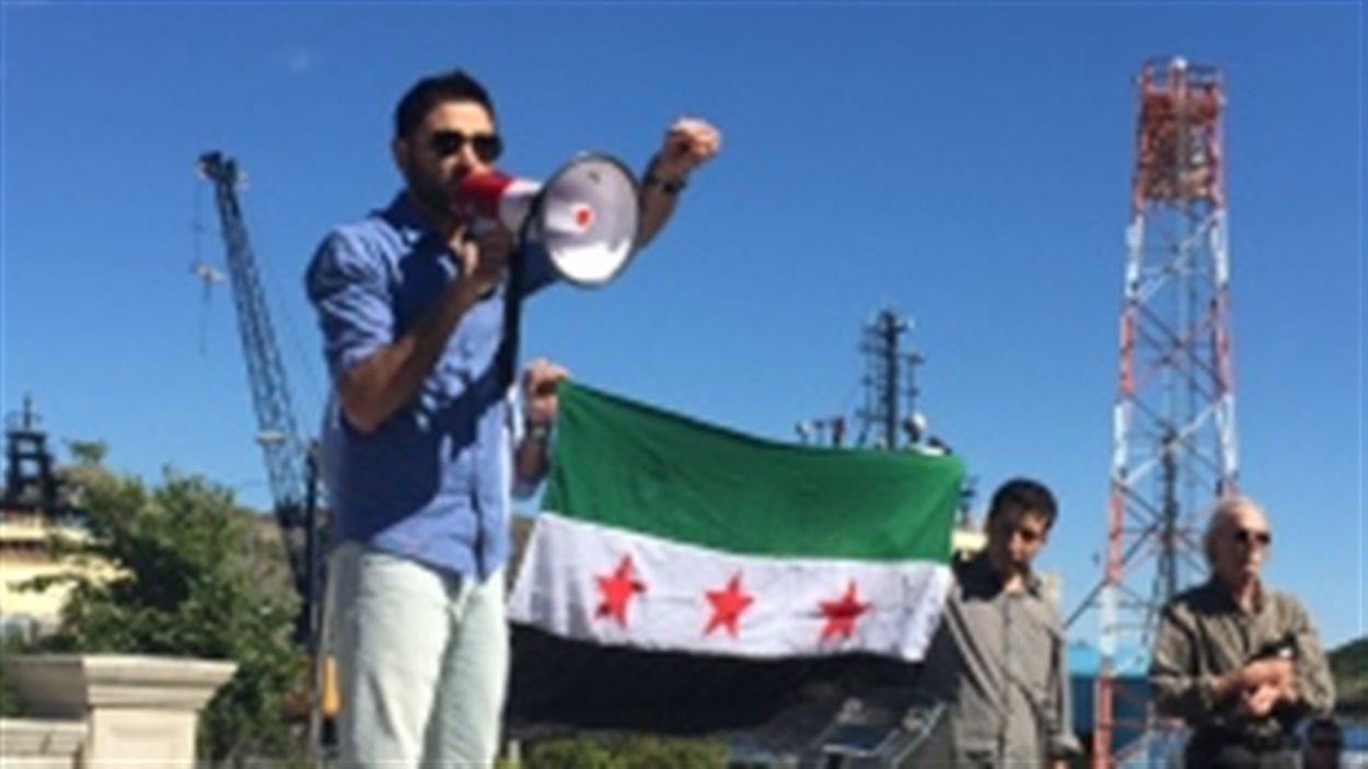 Eyad Sakkar, un manifestant d'origine syrienne.