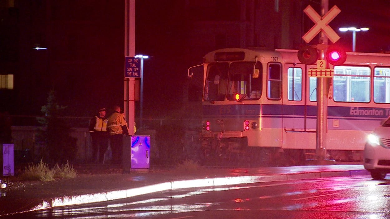 Un homme est mort après une collision avec un train léger à Edmonton dimanche soir.