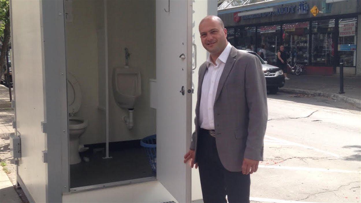 Le directeur général de Plaza Saint-Hubert, Mike Parente, montre une toilette individuelle installée sur le site.