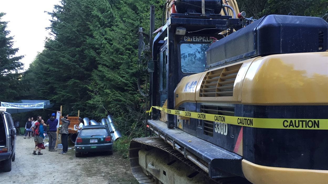 Les campeurs au mont Elphinstone bloquent un véhicule de machinerie lourde