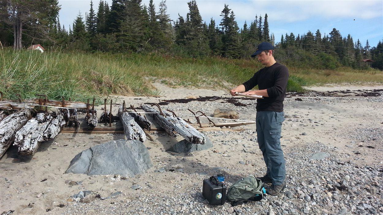 Mathieu Mercier-Gingras, devant l'épave du Georges Smith. Une équipe de l'Université de Montréal et d'Archéo-Mamu a réalisé 16 interventions entre Longue-Rive et Baie-Trinité.