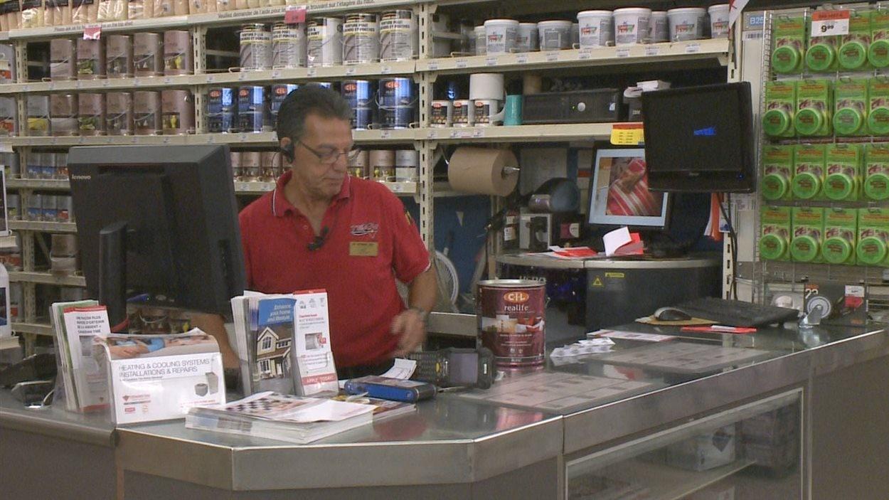 Mike Morton, 65 ans, est à l'emploi d'un magasin à grande surface.