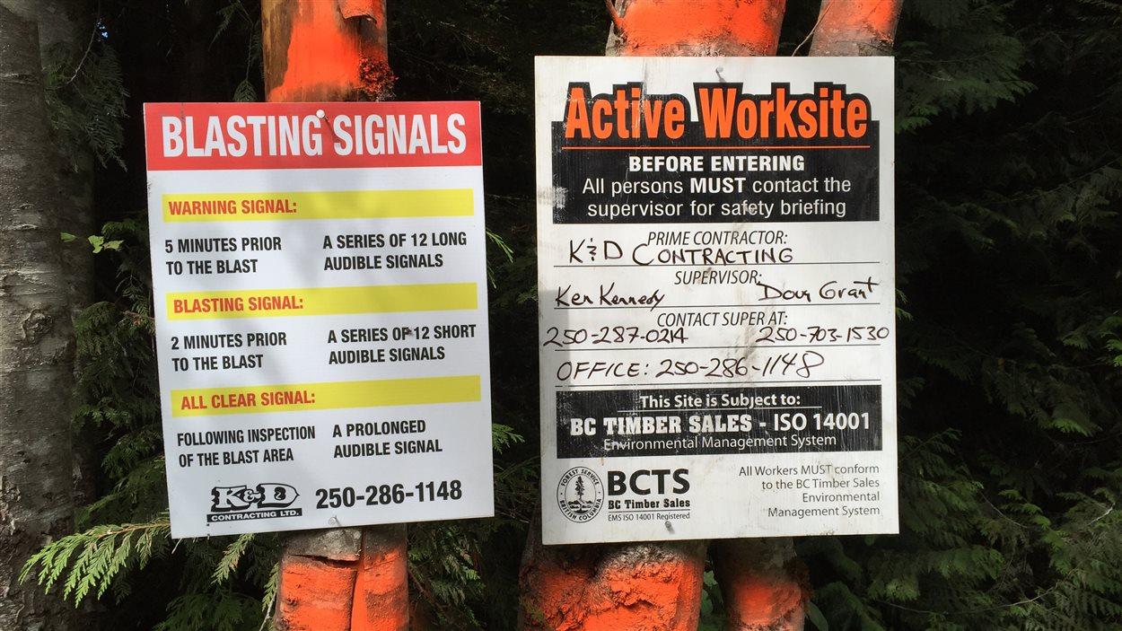 Affiche des contracteurs qui annoncent leurs travaux de dynamitage.