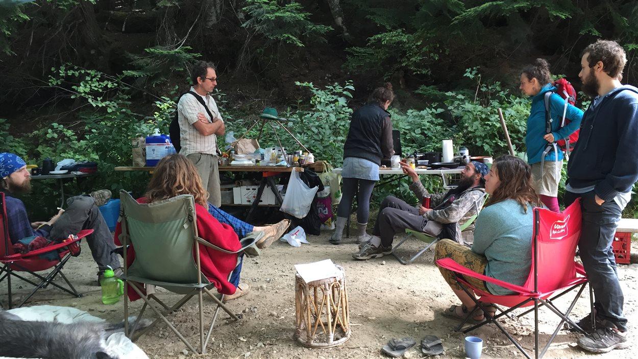 Le campement pour bloquer l'accès aux véhicules des machineries lourdes aux forêts anciennes de Dakota Valley, en Colombie-Britannique