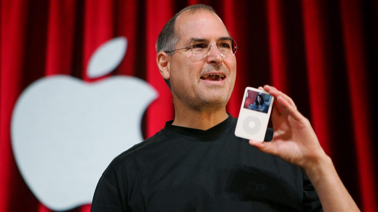 Le fondateur d'Apple, Steve Jobs, montre un des premiers modèles d'iPod, en 2005