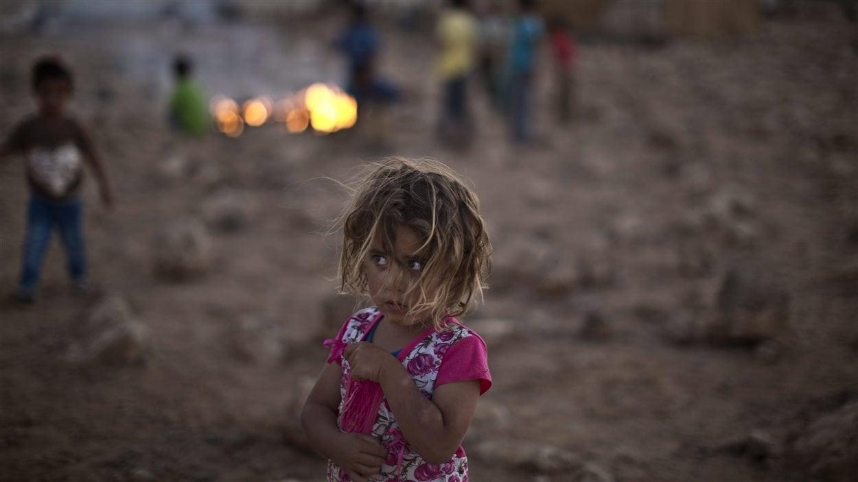 Shahd Qadura, une petite réfugiée syrienne dans un camp de fortune près de la frontière avec la Jordanie.