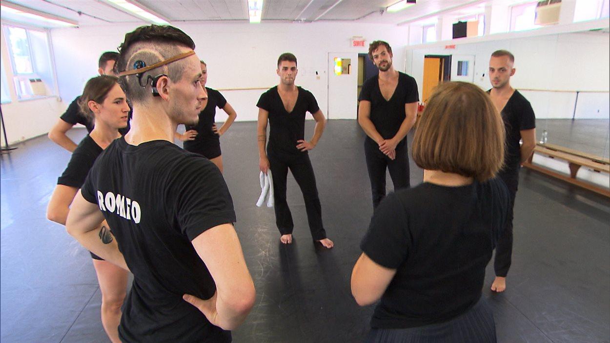 Le danseur Cai Glover en répétition avec ses collègues