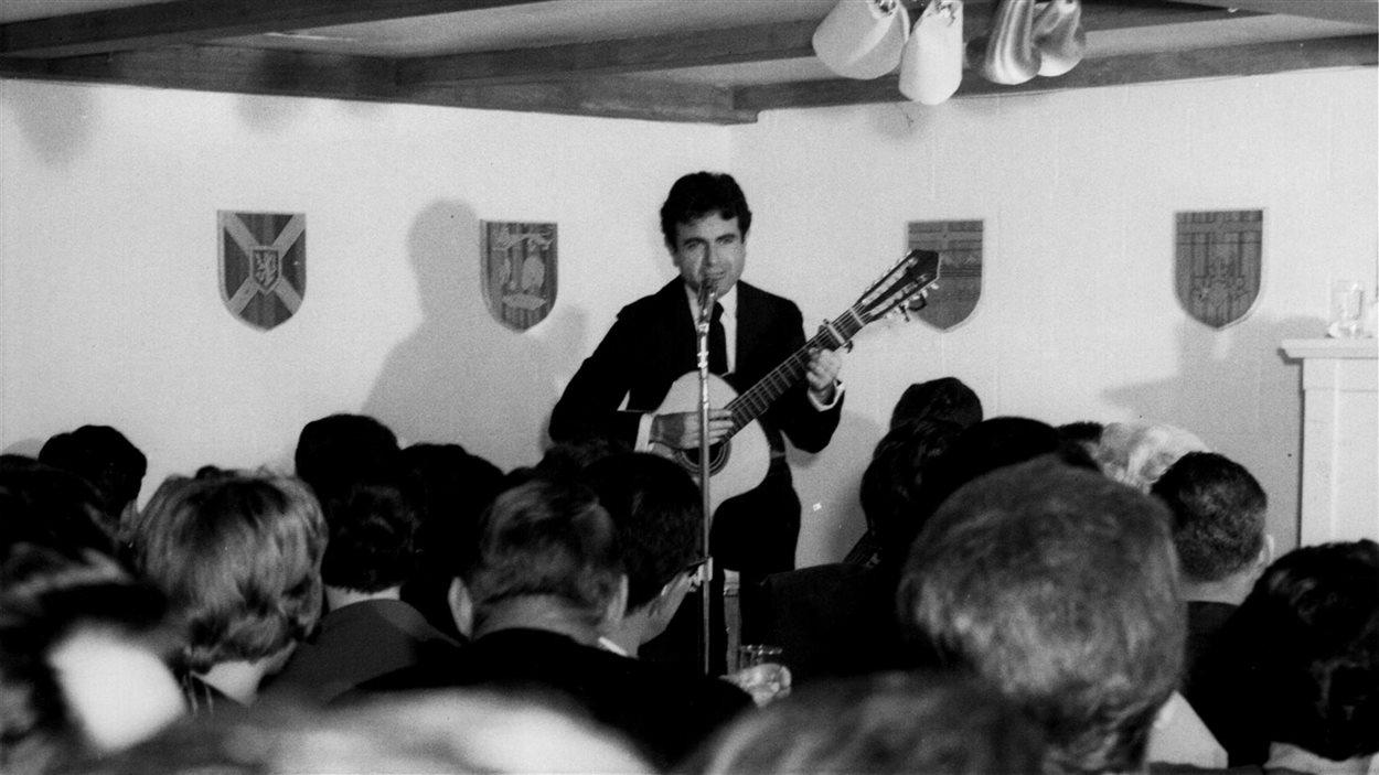 Guy Béart en concert à La Barrique de Val-d'Or, 1964.