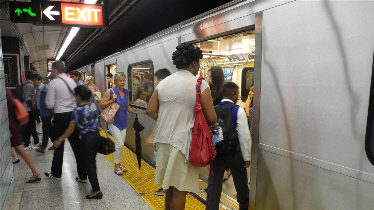 Des usagers du métro de Toronto
