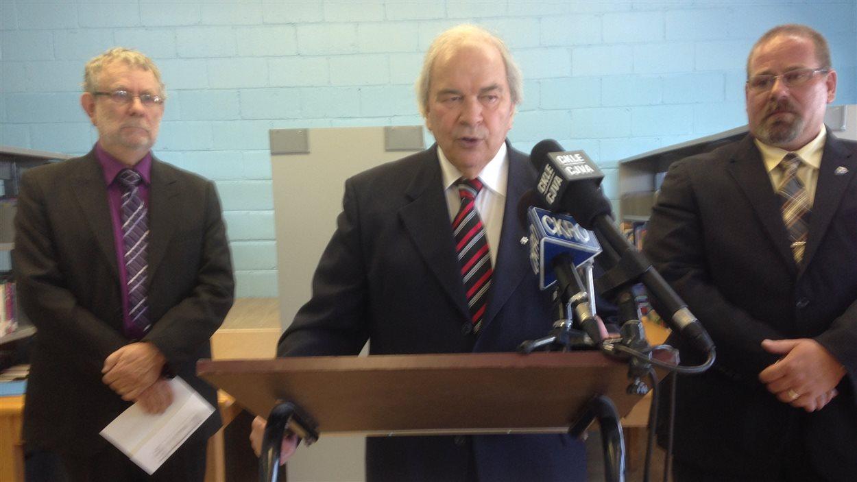 Jean-Guy Rioux, président du Conseil d'éducation du District Nord-Est, s'adresse aux médias