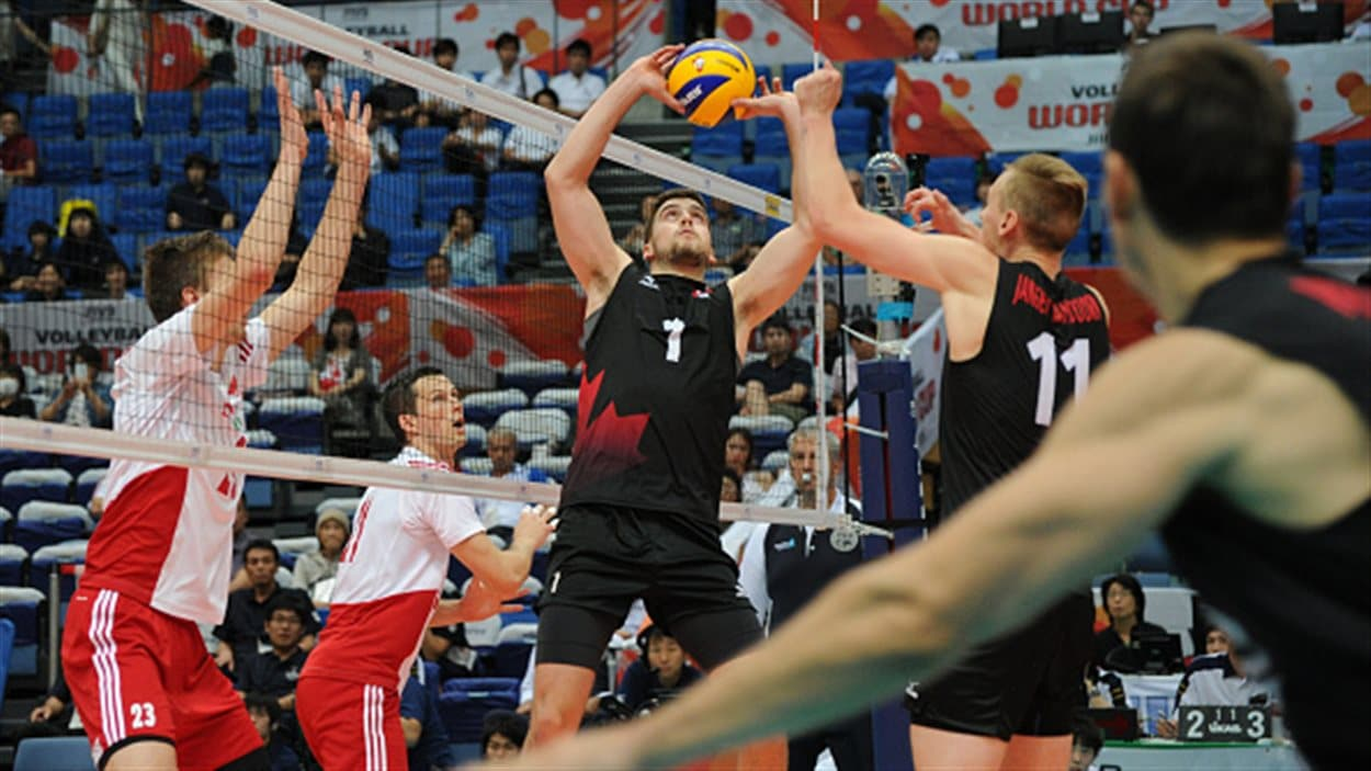 Une touche du Canadien Tyler Sanders contre la Pologne