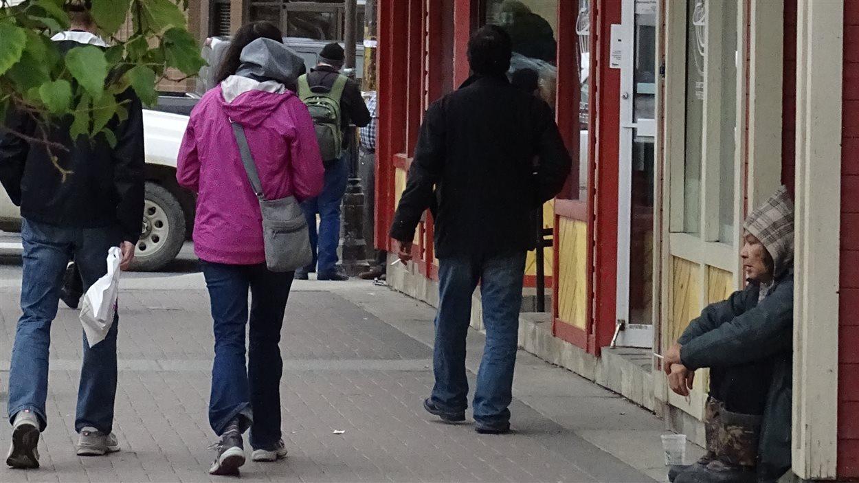 Un sans-abri au centre ville de Whitehorse