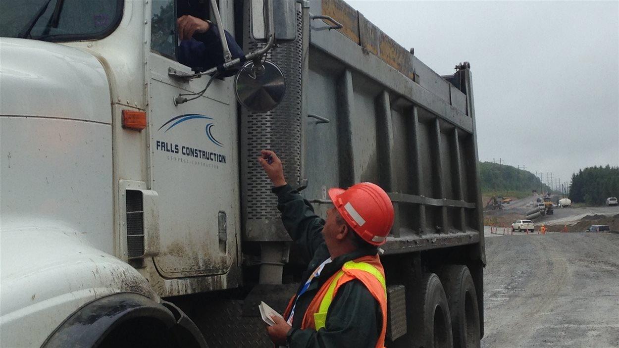 Le travailleur saisonnier Jean-Yves Martin, sur un chantier de la route 17.