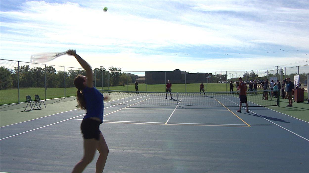 Le nouveau terrain de tennis au Centre scolaire Léo-Rémillard