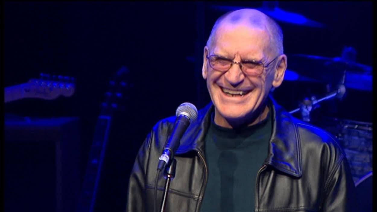 Guy Boulianne reçoit le Prix hommage Thérèse-Potvin au Chant'Ouest 2015, à Winnipeg.