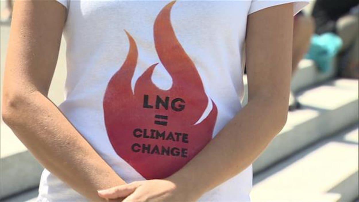 Un groupe de militants pour l'environnement s'est rassemblé à Victoria en juillet dernier lorsque les parlementaires débattaient sur l'avenir des GNL.