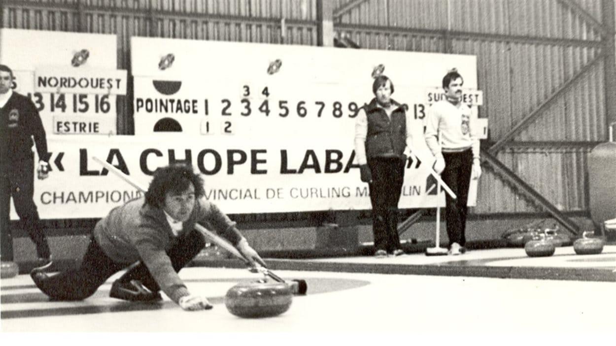 Un joueur de curling au Club de curling de Noranda (année inconnue)
