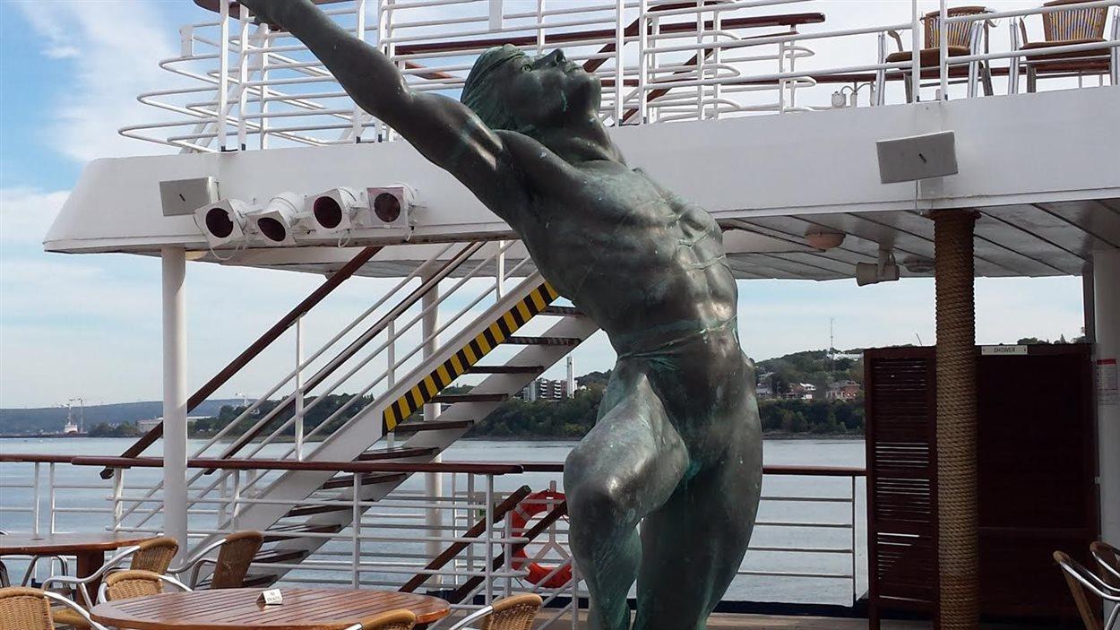 Cette sculpture qui représente le danseur étoile du Bolchoï Rudolf Noureev se retrouve sur l'un des ponts