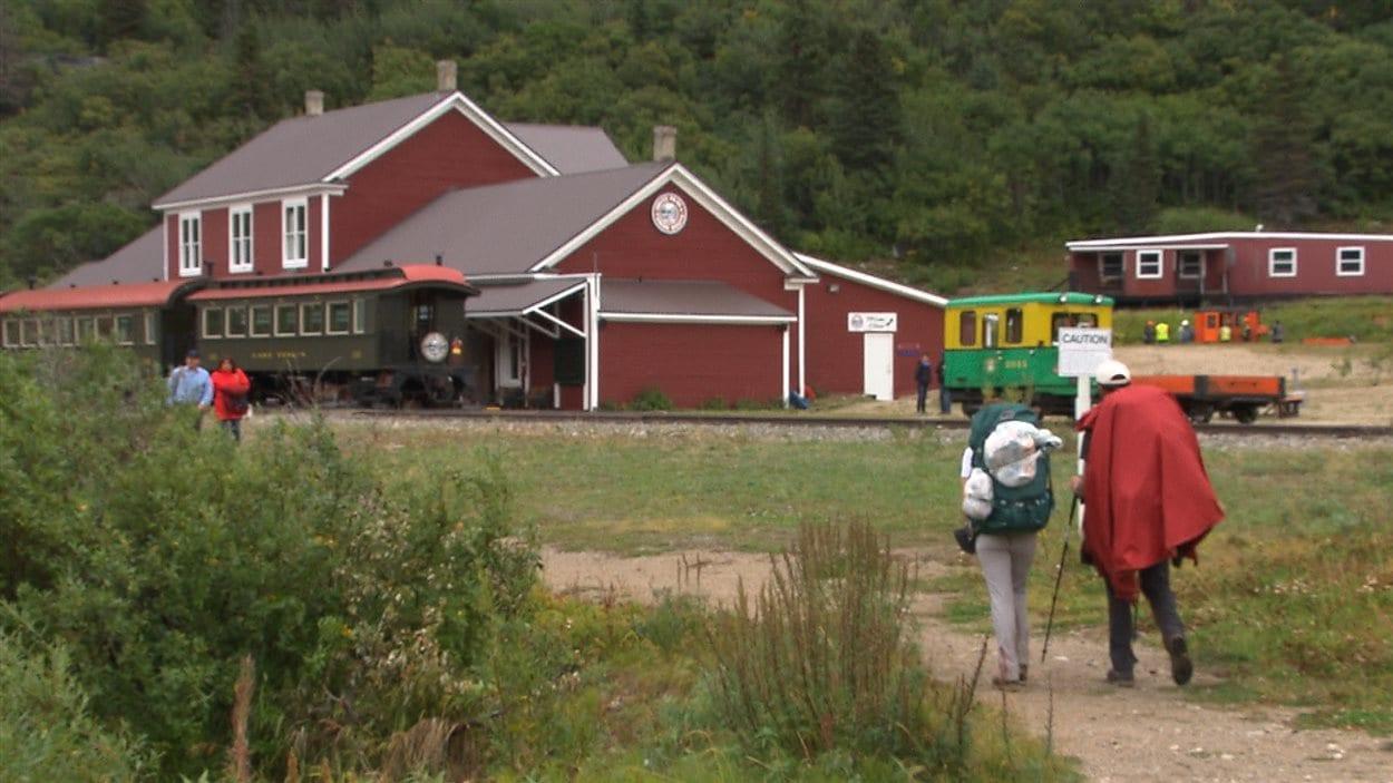 Des randonneurs se dirigent vers le train qui les ramènera sur le réseau routier du Yukon.