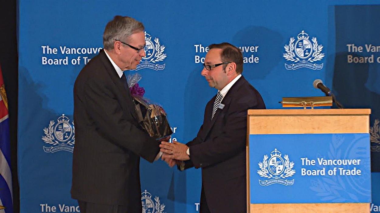 Le ministre Oliver et Elio Luongo le 28 avril dernier, à Vancouver