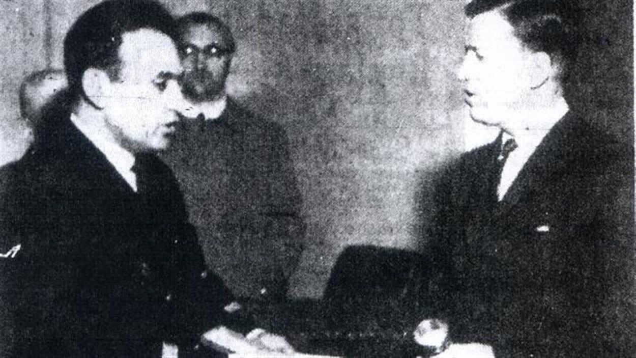 Le maire Gilles Lamontagne reçoit un cadeau du capitaine de la part du maire de Leningrad (1966)