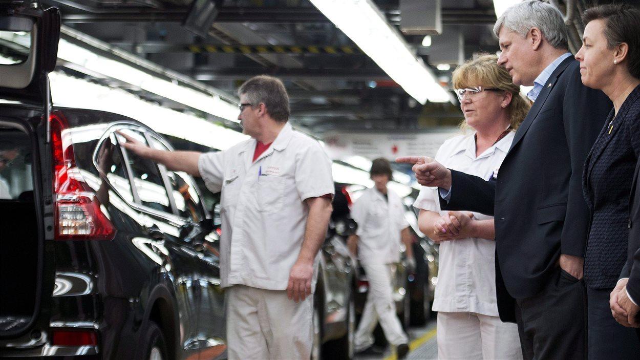 Stephen Harper visite une usine de Honda à Alliston, en Ontario, le 30 mars 2015.