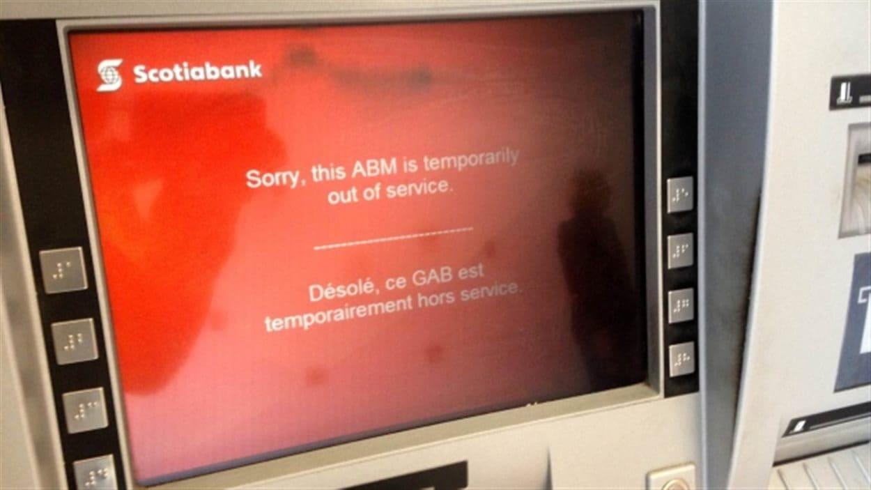 note sur l'écran d'un guichet automatique de la banque Scotia indiquant une panne de service