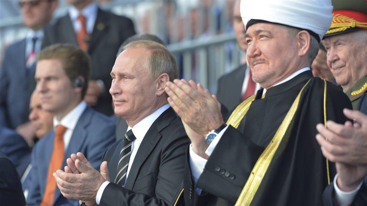 Le président russe Vladimir Poutine et le chef du Conseil des Muftis de Russie, Ravil Gainutdin, lors de l'inauguration de la Grande Mosquée de Moscou.