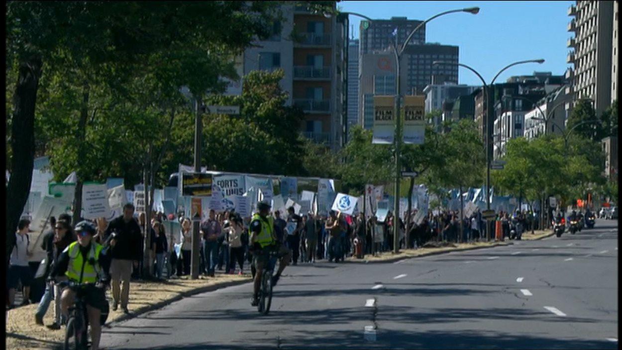 Les manifestants en route vers la maison de Radio-Canada