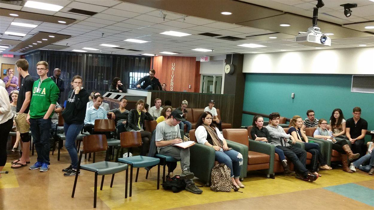 Des étudiants du Campus Saint-Jean ont suivi le débat des chefs en français le 24 septembre.