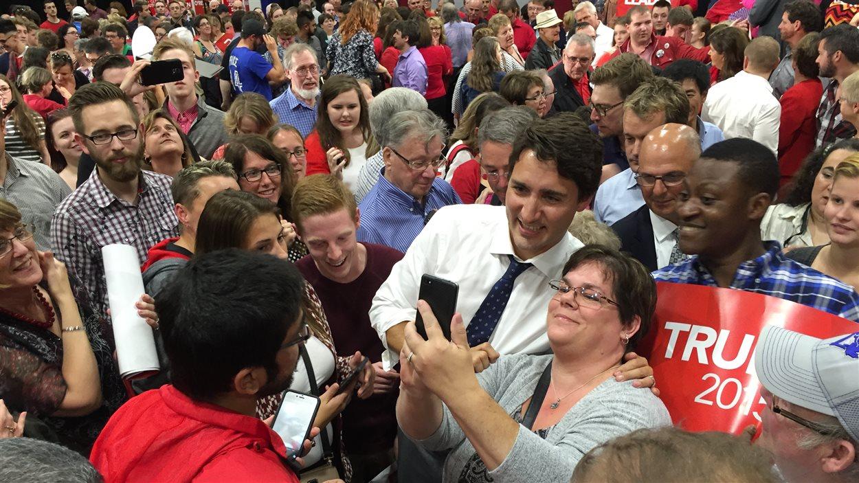 Justin Trudeau prend un égoportrait avec une partisane.