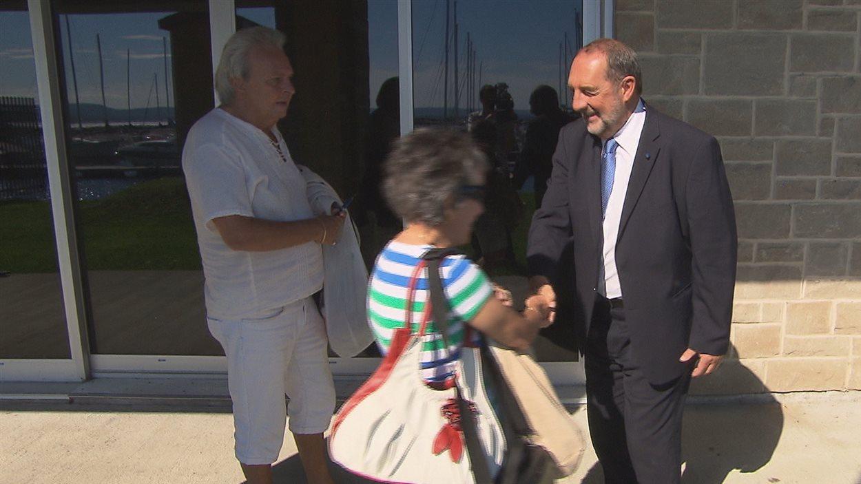 Denis Lebel rencontre des électeurs à Roberval