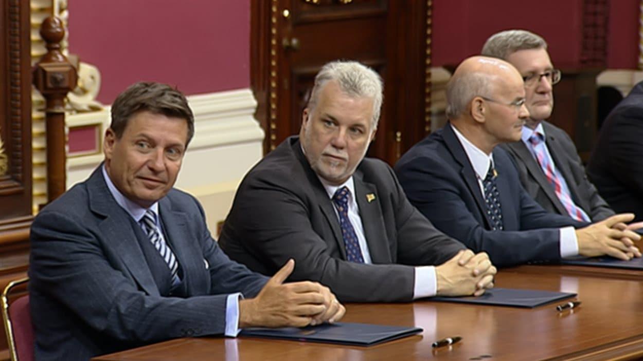 Le minstre des Affaires municipales, Pierre Moreau, le premier ministre du Québec, Philippe Couillard, le président de la FQM, Richard Lehoux et le maire de Québec, Régis Labeaume.