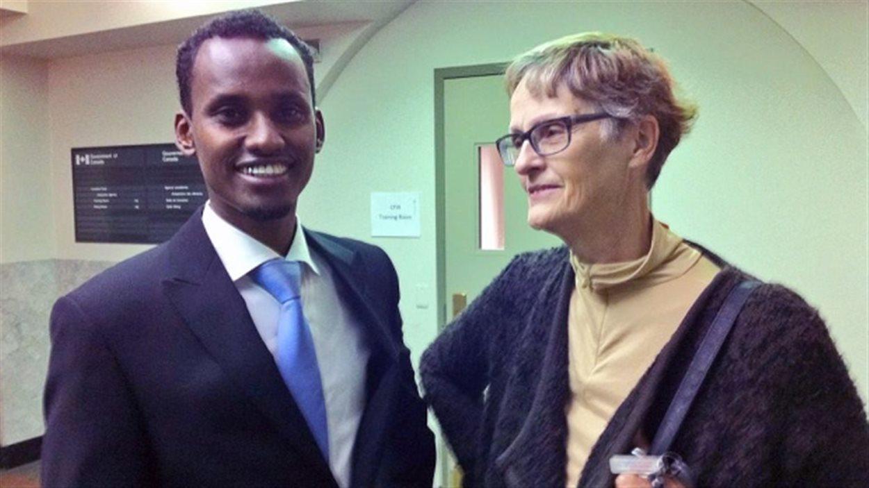 Yahya Samatar (gauche) et  Karin Gordon (droite), directrice générale de la réinstallation au refuge Hospitality House Refugee Ministry, avant l'audience du Somalien, à Winnipeg, le 30 septembre 2015.