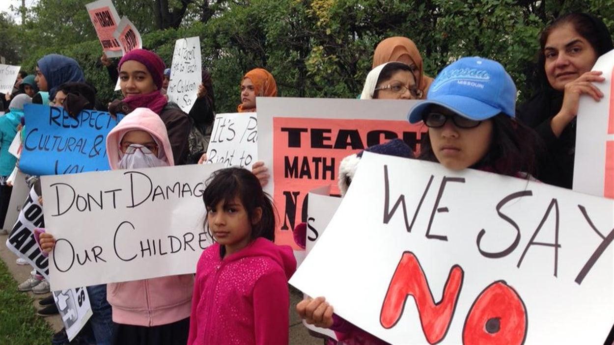 Des parents et leurs enfants protestent contre le nouveau programme d'éducation sexuelle à Hamilton.