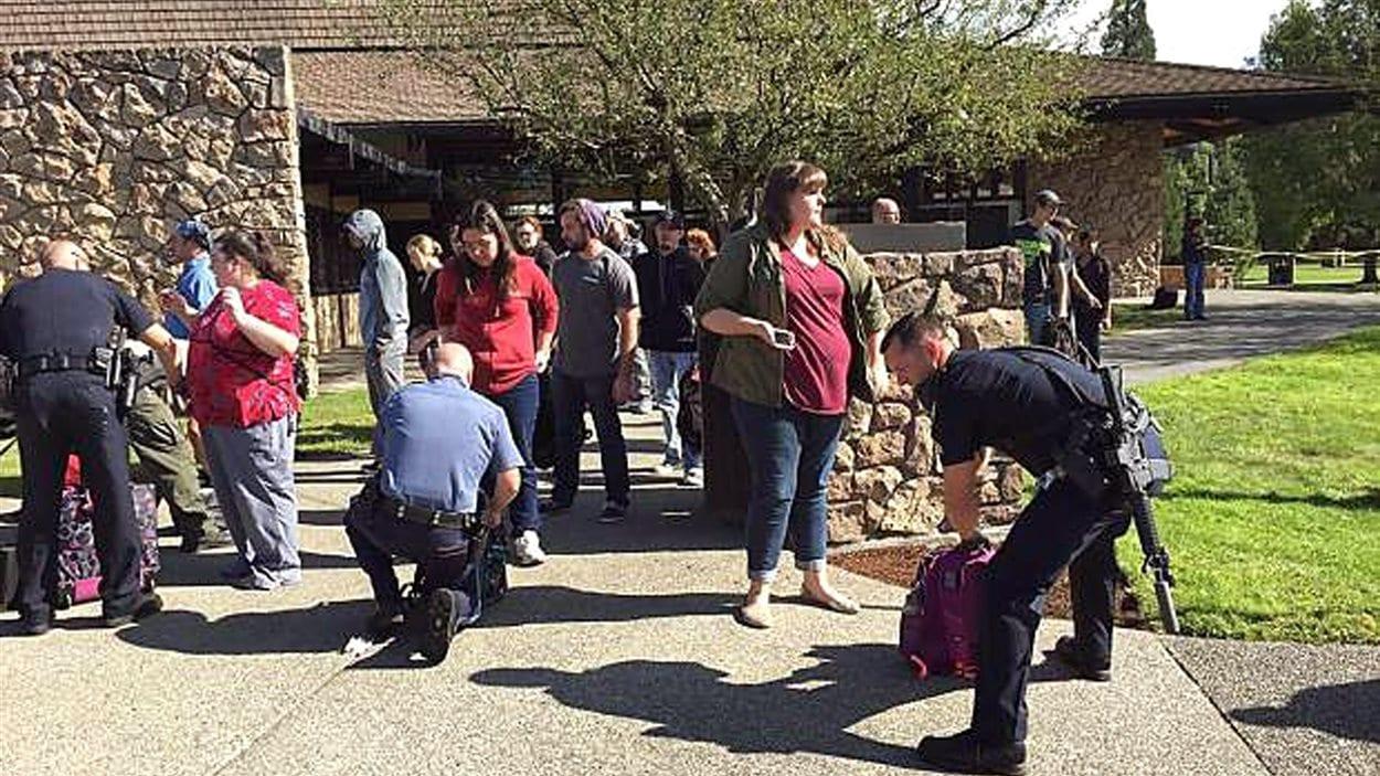 Des policiers procèdent à des fouilles à l'extérieur du collège.