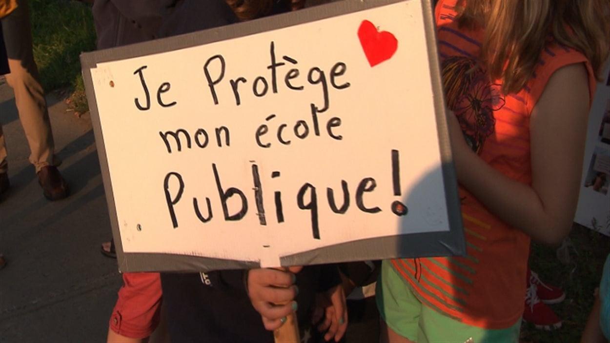 Des enfants ont accompagné leurs parents aux manifestations contre les compressions en éducation.