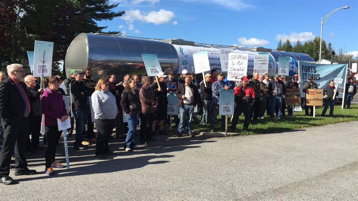 Les agriculteurs manifestent devant les bureaux de Jacques Gourde.