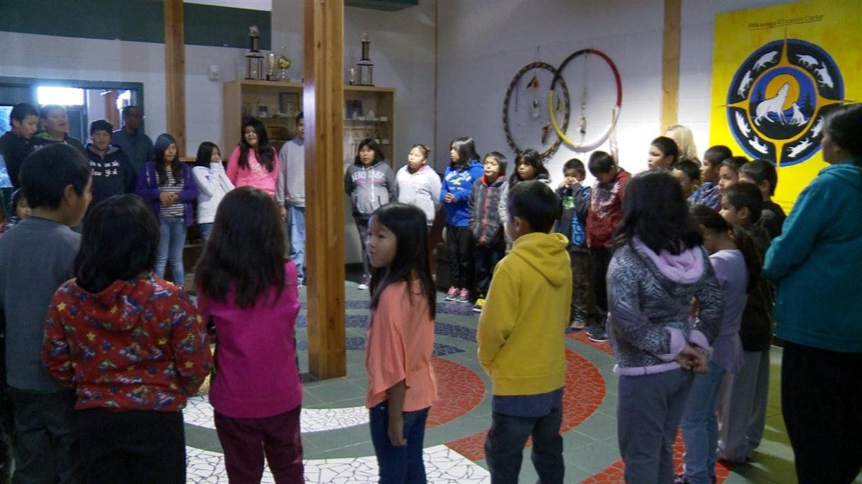La petite école de Neskantaga. Les enfants chantent l'hymne national en langue Ojibway.